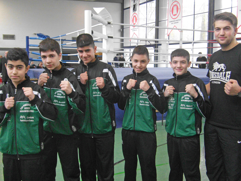 Boxteam mit Trainer Kemal
